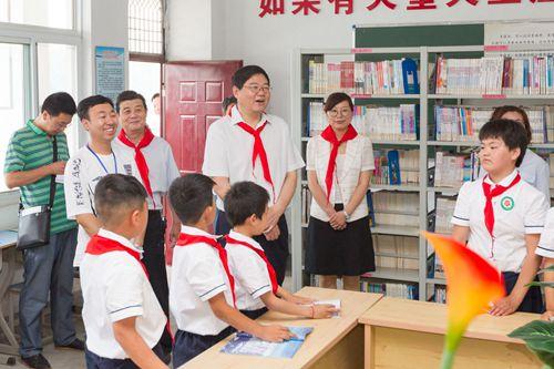 """戴启远等市领导""""六一""""慰问少年儿童 健康快乐茁壮成长 早日成为栋梁之才"""