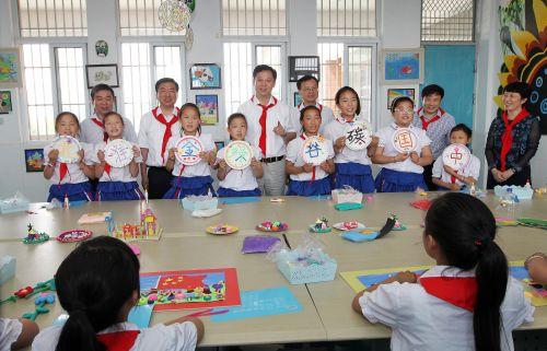 """黄晓武参加""""六一""""慰问活动时指出 以人为本因材施教 促进学生全面发展"""