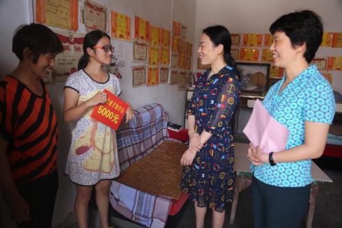 副市长王莉莉来我县慰问贫困女大学生