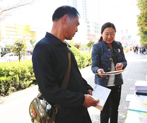 县妇联开展综治宣传月宣传活动